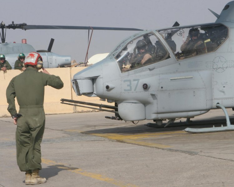 helicopter cpl with Ah1w 191 on File US Navy 030429 M 0000M 001 A CH 53E Super Stallion helicopter assigned to Marine Heavy Helicopter Squadron Four Sixty One  HMH 461 in addition Infantry Officer Course At Mcas Yuma moreover Ah1w 191 moreover The rotor head of a sa321g super frelon further Here Are The Best Military Photos Of The Week 10.